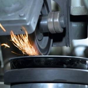 Stahl einer WMF Pfanne wird geschliffen